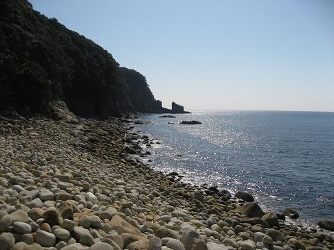 尾鷲市三木浦町元盛松のゴロタ浜とカナトコ鼻の風景