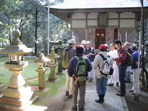 紀伊半島みる観る探検隊、九鬼町の九木神社でガイドとツアー参加者