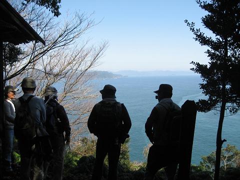 紀伊半島みる観る探検隊、九木埼2号鰤魚見小屋にてガイドとツアー参加者