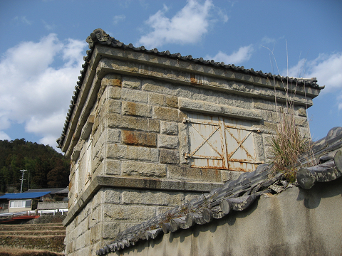 熊野市五郷町桃崎の石蔵美術館