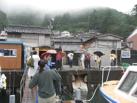 紀伊半島みる観る探検隊、尾鷲市須賀利町で下船するツアー参加者