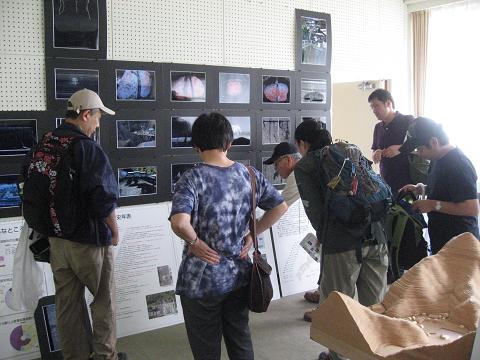 紀伊半島みる観る探検隊、須賀利小学校の展示を見学するツアー参加者