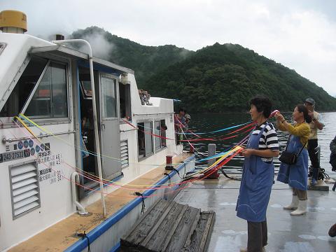 紀伊半島みる観る探検隊、巡航船乗り場でテープを持って送り出すガイド