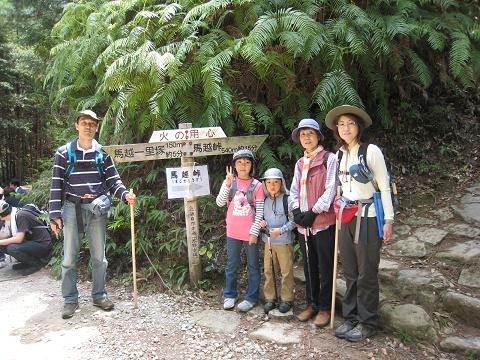 熊野古道伊勢路・馬越峠にてガイド内山裕紀子とツアー参加のご家族