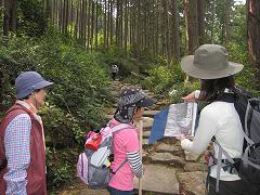 熊野古道伊勢路・馬越峠にてガイド内山裕紀子とツアー参加の親子連れ