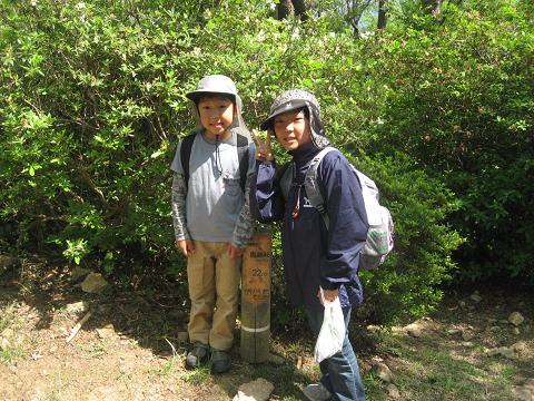 熊野古道伊勢路・馬越峠にてツアー参加の小学生2人