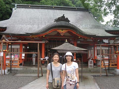 熊野那智大社にてツアー参加の女性2人