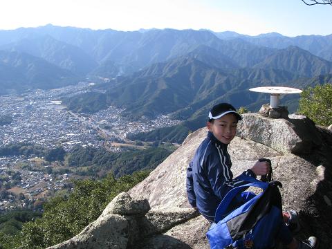 天狗倉山の山頂にてツアー参加の小学生
