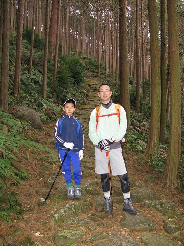 熊野古道伊勢路・八鬼山越えの石畳とツアー参加の親子