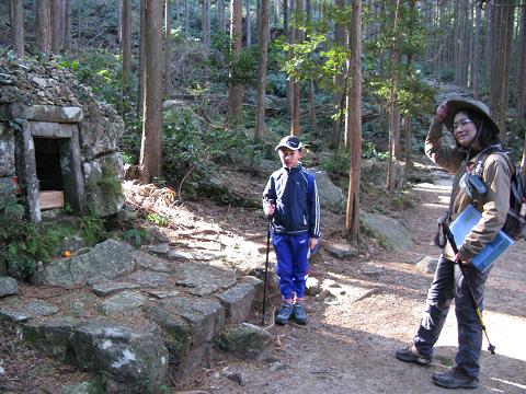 熊野古道伊勢路・馬越峠の夜泣き地蔵にてガイド内山裕紀子とツアー参加の小学生
