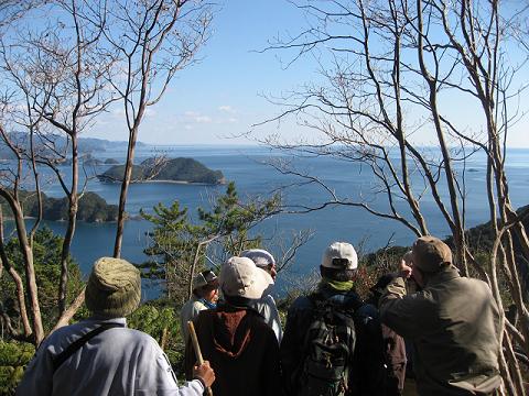 紀伊半島みる観る探検隊、紀伊の松島の説明をするガイドとツアー参加者