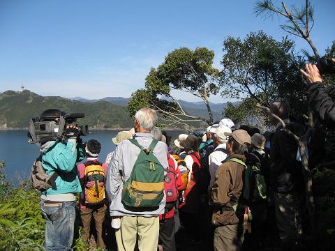 紀伊半島みる観る探検隊、紀北町島勝浦の荒見跡にてガイドとツアー参加者たち
