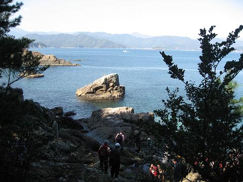 紀伊半島みる観る探検隊、紀北町島勝浦の磯へ下りるツアー参加者