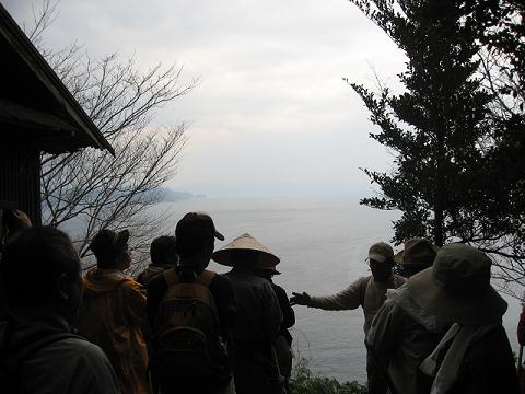 紀伊半島みる観る探検隊、九鬼2号鰤魚見小屋にてガイドとツアー参加者