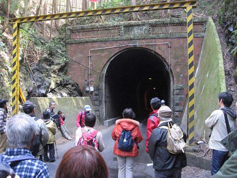 紀伊半島みる観る探検隊、坂下隧道を見学するツアー参加者