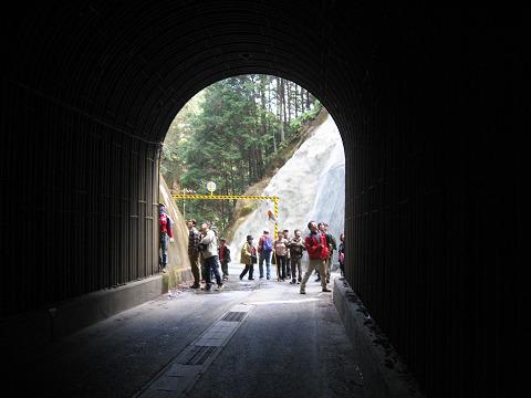 紀伊半島みり観る探検隊、坂下隧道を見学するツアー参加者