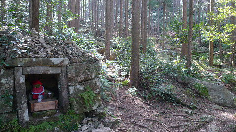 熊野古道伊勢路・馬越峠の夜泣き地蔵