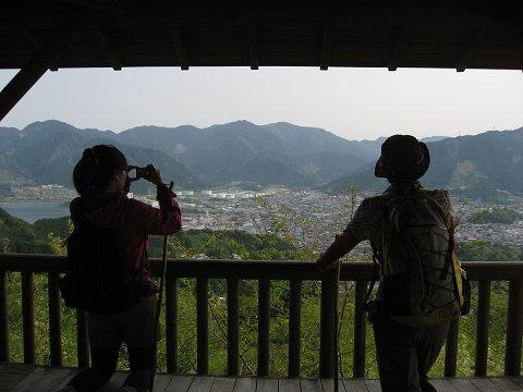 熊野古道伊勢路・馬越公園の展望台から尾鷲市を眺めるツアー参加女性2人