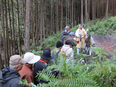 紀伊半島みる観る探検隊にて、弁慶の鉈掛け石で解説する有久寺住職