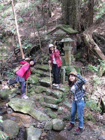 熊野古道伊勢路・馬越峠の桜地蔵にて女子旅3人