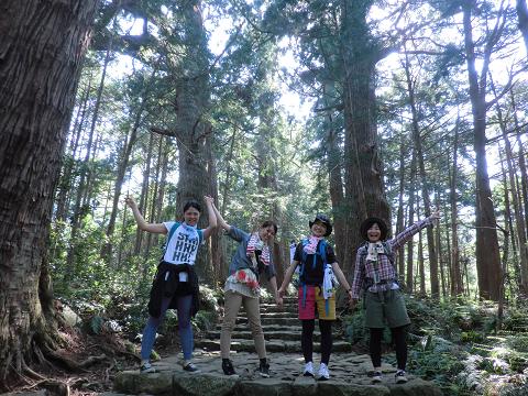 熊野古道大門坂にてツアー参加の女子旅4人
