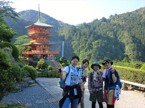 那智山三重塔と那智の滝と女子旅4人