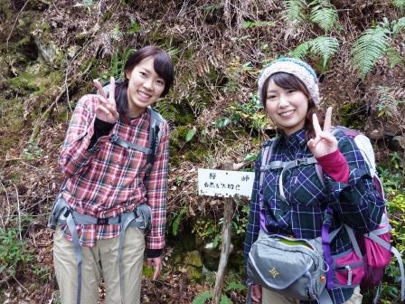 熊野古道中辺路・小雲取越の桜峠にてツアー参加女性2人