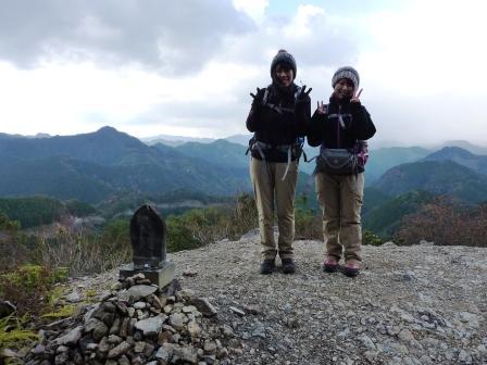 熊野古道中辺路・小雲取越の百間ぐらにてツアー参加女性2人