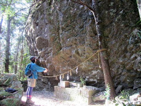 丹倉神社を参拝する語り部ガイドの植野めぐみ