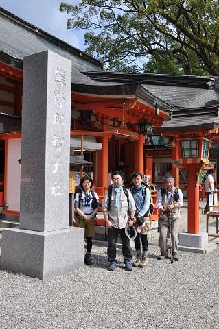 熊野那智大社にて語り部ガイドとツアー参加者の記念写真