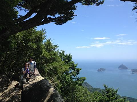 天狗倉山の山頂にてツアー参加の女性