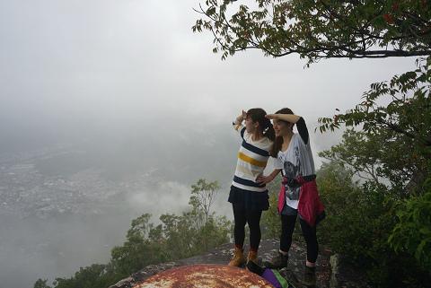 天狗倉山の山頂にてツアー参加女性2人