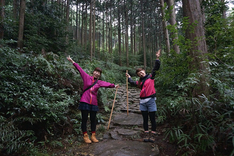 熊野古道伊勢路・馬越峠の石畳とツアー参加女性2人