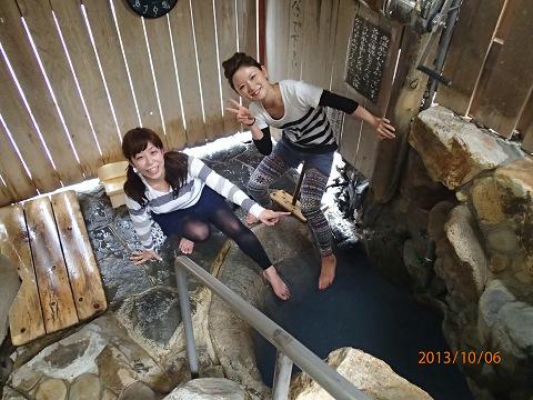湯の峰温泉つぼ湯に入ろうとするツアー参加女性2人
