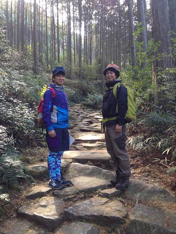 熊野古道伊勢路・馬越峠の石畳と大学生2人