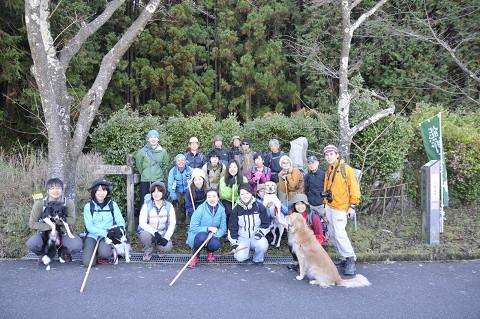 熊野古道伊勢路・八鬼山越え登り口にてツアー参加者と犬の集合写真