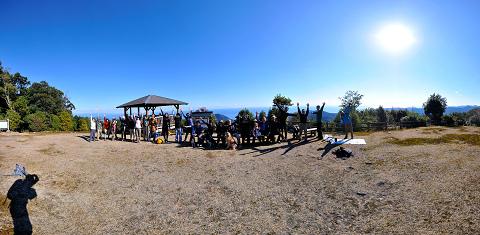 熊野古道伊勢路・八鬼山越えのさくらの森広場にてツアー参加者の集合写真