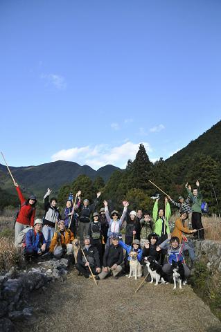 熊野古道伊勢路・八鬼山越え降り口にてツアー参加者と犬の集合写真