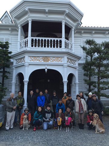 尾鷲市の林業家・土井本家にて土井八郎兵衛氏とツアー参加者と犬の集合写真