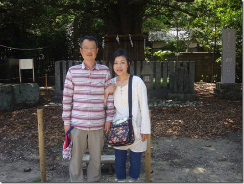 熊野速玉大社のご神木ナギの前にてツアー参加の夫婦