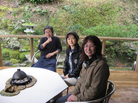 葉っぱがシェフjomonにて内山裕紀子と古池鱗林さんとオーナーの記念写真