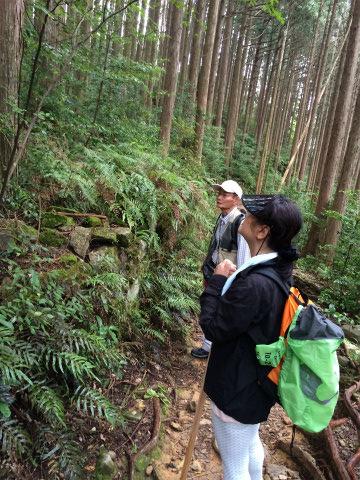 熊野古道伊勢路・馬越峠にてガイドとツアー参加女性