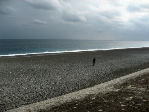 七里御浜を歩く女性