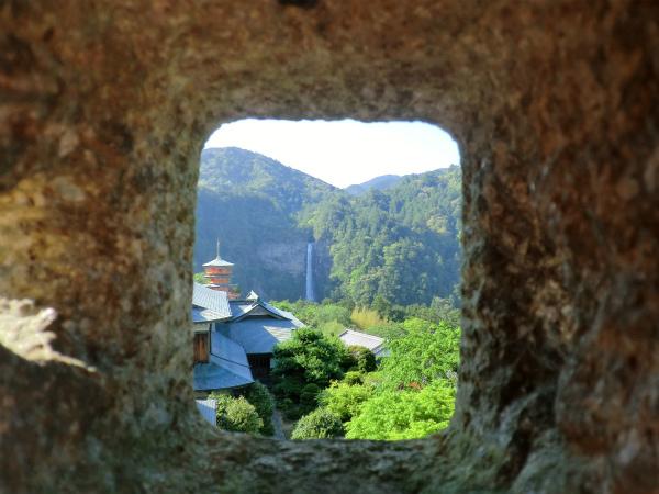 灯籠越しに那智の滝と三重塔を撮影