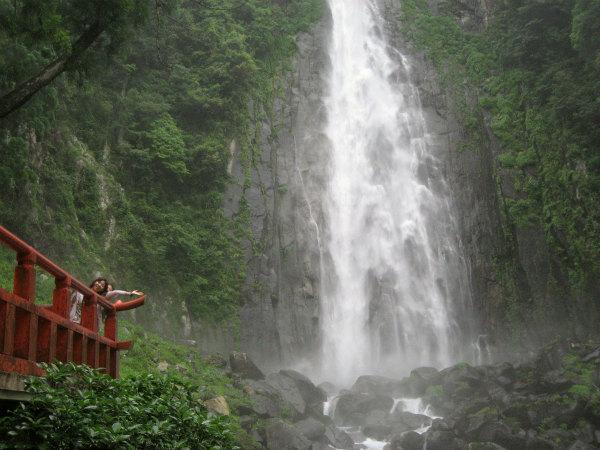 よみがえりの那智山エコツアーにて、那智の滝と女性参加者