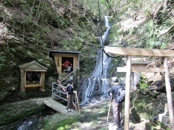 熊野古道伊勢路・馬越峠エコツアーにて馬越不動滝をお参りする夫婦参加者
