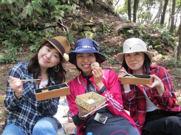 熊野古道伊勢路・馬越峠エコツアーにて薬草弁当と石畳弁当を食べる女性参加者3人