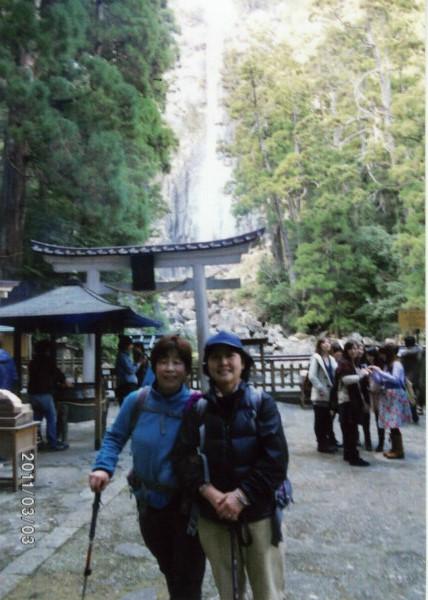 熊野古道女性一人旅応援プランの様子、那智の滝にてガイドと記念写真