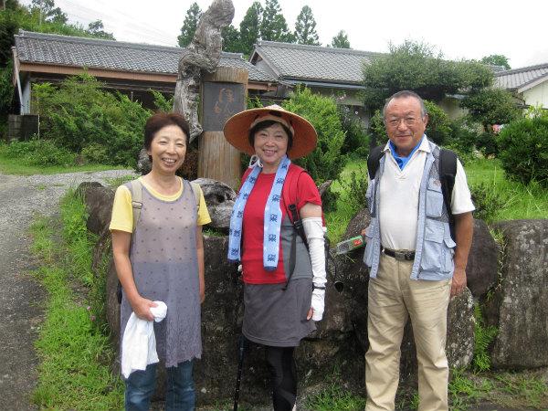 熊野古道中辺路・熊野本宮エコツアーのガイドと夫婦参加者