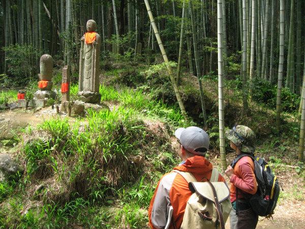 熊野古道松本峠の地蔵さんとガイドとツアー参加者